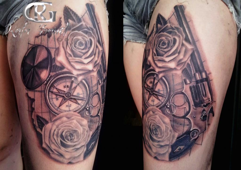 tatuaje realismo brujula pistola rosas